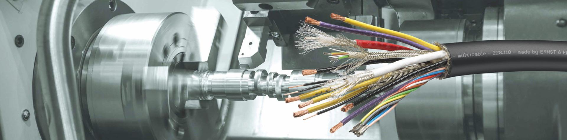 Abisoliertes Kabel schwarz vor Maschine