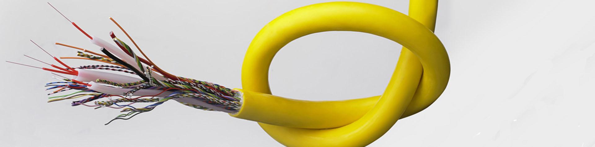 Abisoliertes Kabel gelb mit Leitermarkierung