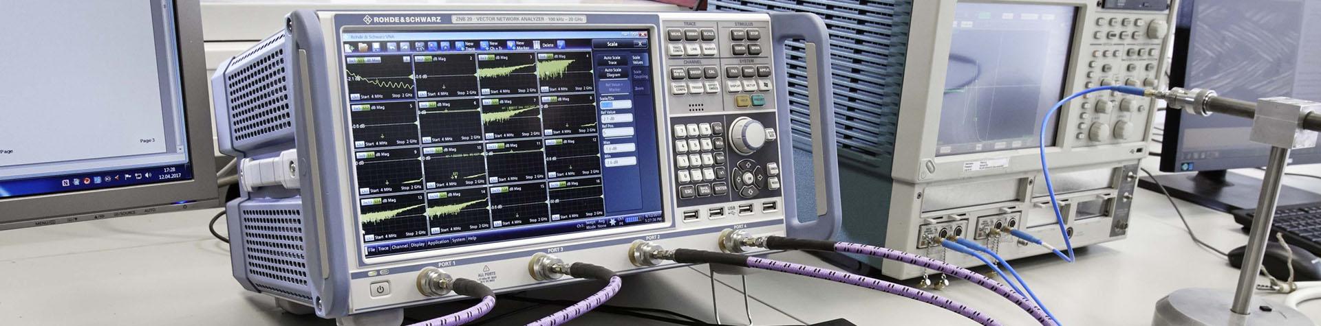 Technik Labor mit diversen Kabeln